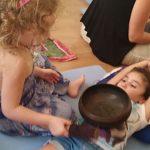 חווים את התהודה של קערות טיבטיות, מפגש הורים וילדים