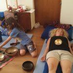 הילדים מעבירים טיפול אנרגטי להורים בקערות טיבטיות